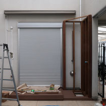 フェンスの下のウッドデッキはシャワーの排水を兼ねる部分、掃き出し窓のデッキとは高さを変えて仕上げます。