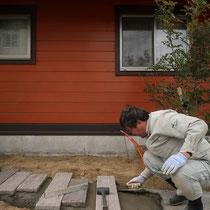 枕木はコンクリート製。自動車が乗っても壊れないようベースを作ってモルタル据付します。
