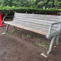 改修前のベンチ、腐食している部分や部材がなくなってしまった所など傷み具合は様々でした。