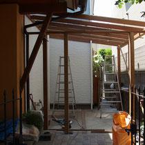 パーゴラと屋根の設置が完了、いよいよ棚板の制作に入ります。