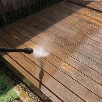 高圧洗浄で汚れた表面を洗い流します。古くなった塗膜も吹き飛ばす勢い。