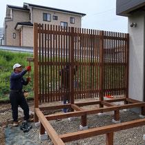 縦格子のフェンスは工場で制作し、現場で組み立てていきます。