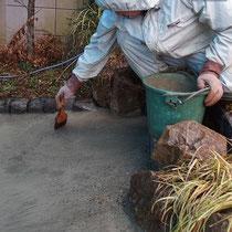玉砂利をセメントで打設してから洗い出します。雨も降ってきて大変でした。