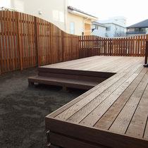 大きなウッドデッキと、庭をウェーブ状のフェンスで囲い、プライベートガーデンの基本構想が出来ました。