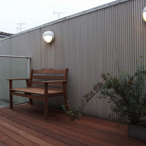 夜のライトアップに映えるイタウバベンチ、デッキ材で作っているので屋外で使えるフェニチャーです。