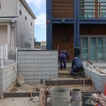 ブロックとレンガが施工され、残すはコンクリート舗装と照明、植栽工事です。