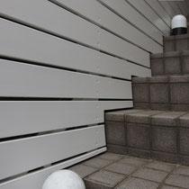 階段上にフェンス板を加工して設置しました。均一感ある隙間の具合が仕上がり完成度を高めています。