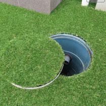 排水桝も丸く切り取り、蓋にも人工芝を接着します。