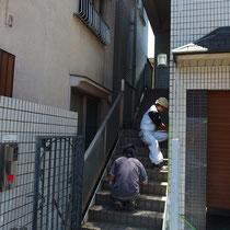 既存の竹垣を撤去後、ロートアイアンや階段のさびを落として濃灰色に塗装します。