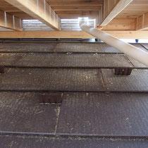 中はスレート屋根をカバーするような構造で、有効スペースを生み出しています。