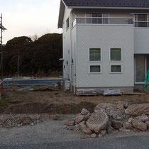着工直後、まずは庭づくりに不要である大きなコンクリート塊を解体、処分する作業から。