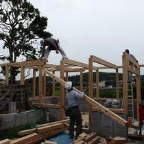 あらかじめプレカットしてきた木材をくみ上げながらスタートします。