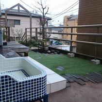 完成したローメンテナンスのお庭、人工芝と固まる土で雑草管理を省いたすっきりとしたお庭になりました。