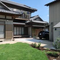 中庭から家屋を見た風景。物置がセットバックしたので玄関からも眺めやすいお庭空間になりました。