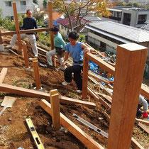 あらかじめプレカットしてきた木材を、順番に配置しながら手際よく組立。傾斜地の作業は予想以上に体力を消耗します。