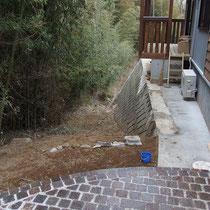 施工前の建物脇、放っておくと竹に侵食されてしまいそう。。