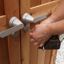 市販のアルミ扉用の打掛錠を設定。鍵がかかるので安心です。