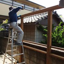 柱を設置後、準備してきた桁を落とし込みます。ここまで組むとかなり頑丈になります。