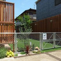 完成後の撮影、ドライガーデンに似合う植物を植えこむと、一層スチールフェンスが存在感を高めます。