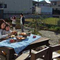 お庭で本格的に食事を楽しむ大きなテラスとアンティークなレンガ舗装。広い敷地が美しい彩りでまとまり、ますます素敵なお住まいになりましたね。