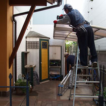 既存のお庭には、アルミ製品の自転車置場とDIY制作の木製物置がありました。