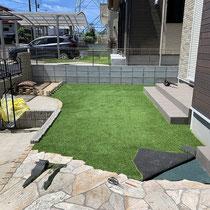 乱貼り石の際は隙間が出来ないよう丁寧に切断し、人工芝を張ります。