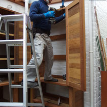 収納棚の一部は扉付、細かな道具や見せたくないものをしまうスペースとして活用できます。