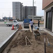 既存の塀がなくなり、不要な土壌を処分します。