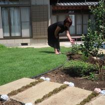 奥行を狭くした花壇はお手入れもしやすく、芝生を囲むように配置する事でお花に囲まれたお庭が楽しめますね。