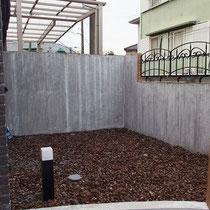 施工前、玄関脇にモルタル壁の暗いお庭。あまり良い用途が思いつかず眺める庭へと相談をいただきました。