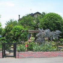 敷地境界沿いに化粧ブロックとアイアンフェンスで囲いができ、緑に囲まれた美しいガーデンが出来ました。