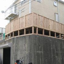 完成写真。道路からの高さは3m以上ありますが、擁壁にしっかりと固定した頑丈なデッキが出来ました。