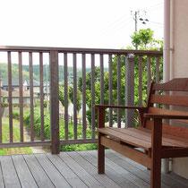 二階からのリビング延長となるウッドデッキ、田舎ならではの広がる景色を楽しむことが出来ます。