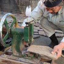 鉄平石を切断する専用機械、自然で美しい断面を作る事ができます。