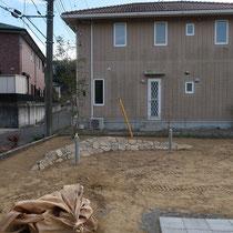 木曽石の三日月石積みが完成、配線を埋設するガーデンライトも取付終了。