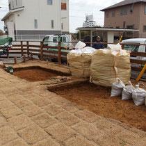 デッキ工事の間、ひたすらスコップで掘削。用意したフレコンパックに満載の残土です。