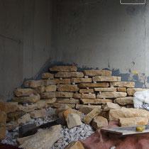 施工中、強力なボンドで下から少しずつ石貼りを積み上げていきます。