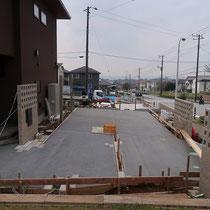 駐車場施工中、カーポートは後付施工しても舗装に支障が出ないように採寸しました。