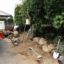 撤去した石を使って石組み。クレーンを使って一つずつ組んでいく地道な仕事。