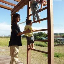 雄大な景色を眺める屋根付きウッドデッキは、子供の遊び場、うんてい(?)、洗濯干しなど大活躍です。