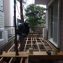 根太を300mmピッチに配置したら、デッキの床を張り始めます。