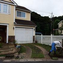 着工時、芝生を養生する樹脂製のマットが敷かれていましたが、まずは撤去処分から。