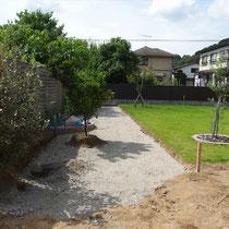 土を掘削し、砕石で路盤を作ります。
