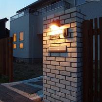 夜のライトアップに白い門柱が建物と相まって美しい、うっとりです。