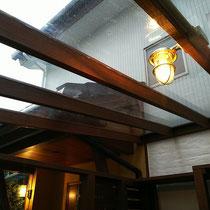雨の日もぬれない屋根付きパーゴラ、夜のライトアップは真鍮製のマリンランプで雰囲気を高めてくれます。