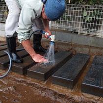 土で汚れたコンクリート枕木を丁寧に洗います。土がついたままだと養生がはがれて仕上がりに支障がでます。