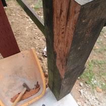 既存の枕木を吊元柱の基準とするため、垂直になるよう現場で切削しました。