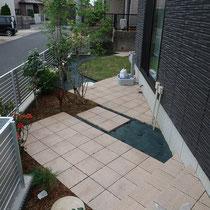 植栽を植えこむ場所を最小限にし、雑草防止シートや平板でお手入れが必要な部分を減らします。