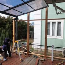 アルミの屋根勾配にあわせハードウッドでウッドフェンスを作ります。