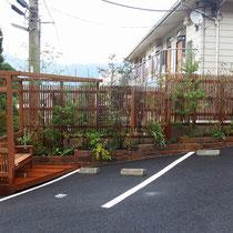 ホテルから出た正面の風景。ガーデンとフェンスの組み合わせで自然の風合いが楽しめる仕上がりです。